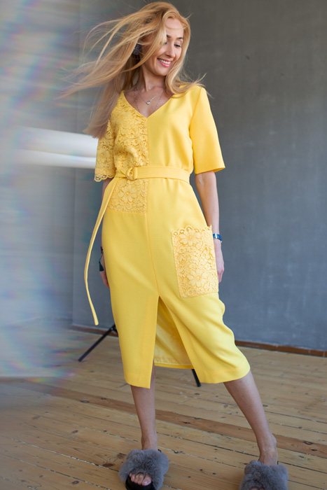 Pitsdetailidega kollane kleit (S)